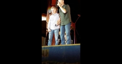 Blake Shelton Brings Randy Travis on stage and it gets emotional (video)