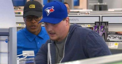 Marcus Stroman pranks customers at Best Buy