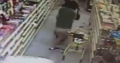 Mother fights off man trying to abduct daughter inside Florida store (VIDEO)