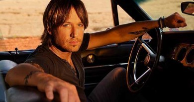 Country star Keith Urban gives young fan the guitar off his back