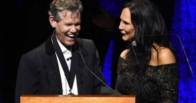 Randy Travis stuns Country Hall of Fame crowd by singing 3 years after stroke